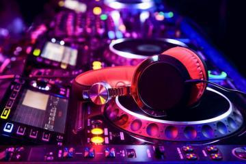 ΜΗΝ ΠΥΡΟΒΟΛΕΙΤΕ ΤΟΝ DJ!