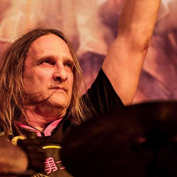 """EXODUS DRUMMER TOM HUNTING IS CANCER-FREE!; """"ONLY A MATTER OF TIME BEFORE HE IS CRUSHING THE DRUMS AGAIN,"""" SAYS BANDMATE GARY HOLT"""